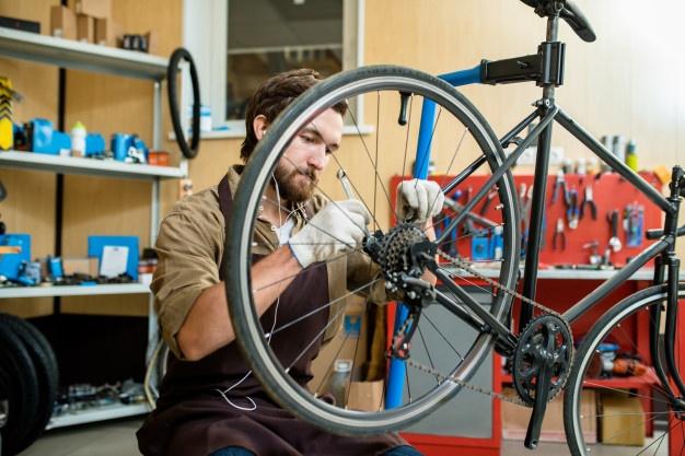 cykelhandler reparerer cykel